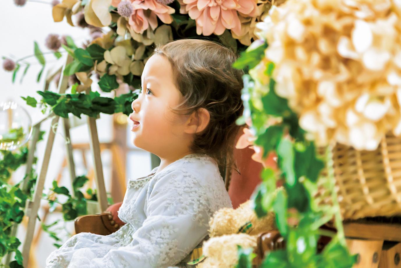 お花に囲まれてニコニコの沙和ちゃん。横顔をパシャリ!